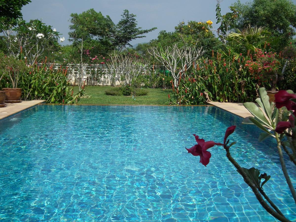 Le jardin et la piscine baan leelavadee for La piscine in english