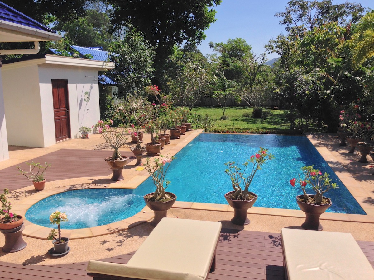 Le jardin et la piscine baan leelavadee for Piscine jardin tropical